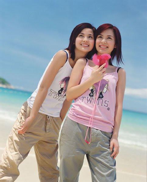 面对阳光海滩,twins跳脱一面尽情挥洒.