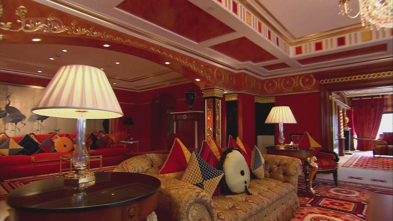 迪拜的Burj Al-Arab酒店(burj音译泊瓷,又称阿拉伯塔)。 迪拜是阿拉伯联合酋长国的第二大城市。20世纪50年代,它还是阿拉伯湾一个朴素的海滨小镇,到了90年代以后,迪拜发生了脱胎换骨的变化。鳞次栉比的摩天大楼在霍尔河畔奇迹般地崛起,让人以为自己仿佛到了纽约。 像其它中东城市一样,迪拜因石油而富庶。但对一个雄心勃勃想在新世纪大展身手的新兴城市来说,石油当然不是全部。它打开了大门,大力发展旅游业。由于拥有高素质的环境以及丰富多彩的文化(因为80%的人口是外国人的缘故),到迪拜的旅游者以模特、艺术