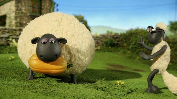 简介:  【片名】小羊肖恩(Shaun The Sheep) 【字幕】无 【集数】20+ 【格式】MKV+AVI 【内容介绍】 这部英国黏土动画曾赢得国际艾美奖。故事主要讲述一只小绵羊和伙伴们在牧场的生活故事。它们不是那种兢兢业业吃草长毛的乖乖羊,而是调皮捣蛋又活泼好动的棉花糖,生活充满了快乐生趣。有时运动运动,或者和一墙之隔的三只小猪较劲,它们兴趣广泛,拿卷心菜当足球踢,自发水彩画课程,集体泡澡等等等等。羊儿们常用些异想天开的主意,搞笑可爱的故事就这样发生了一个又一个 目前第三季又回来了,同样是在CB